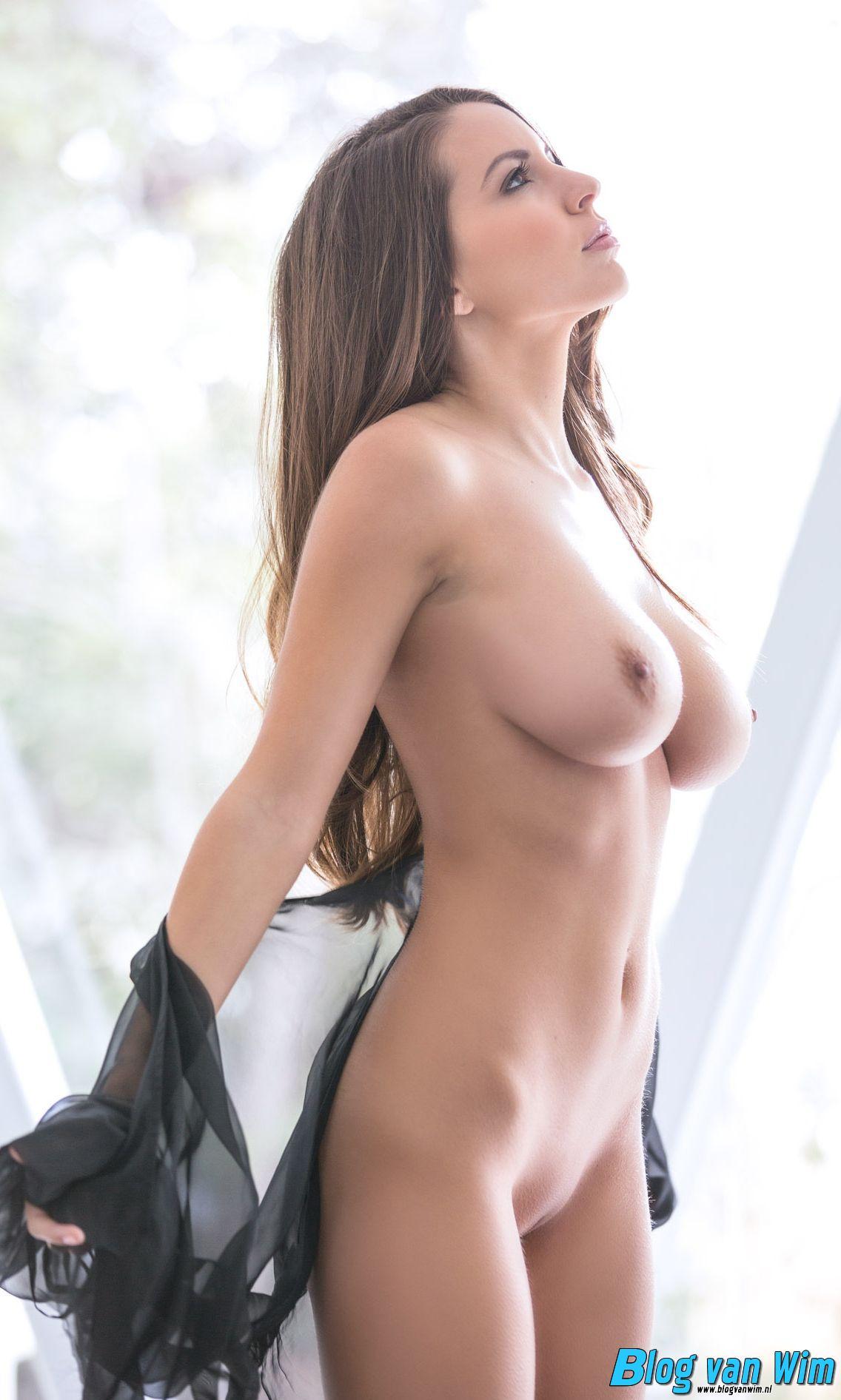 Beeldschoon vrouwtje met een stel heerlijke borsten!