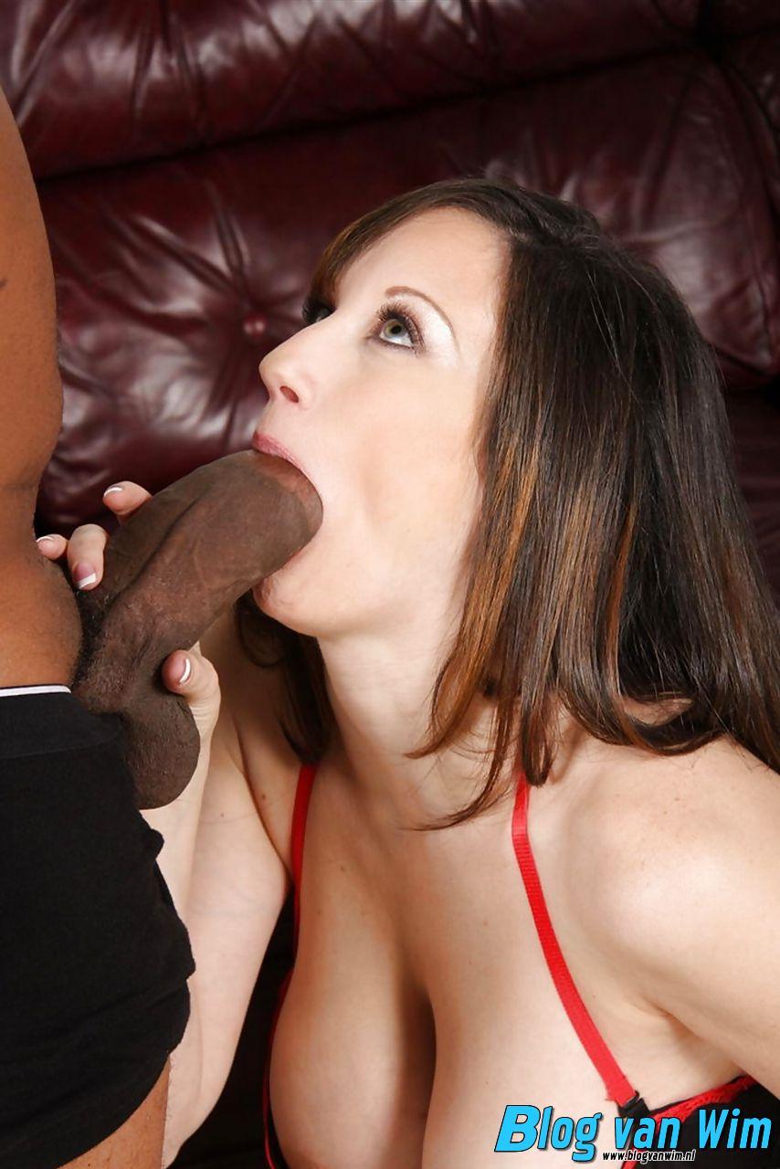 Rijpe dame heeft haar mond vol met dikke negerpiemel!