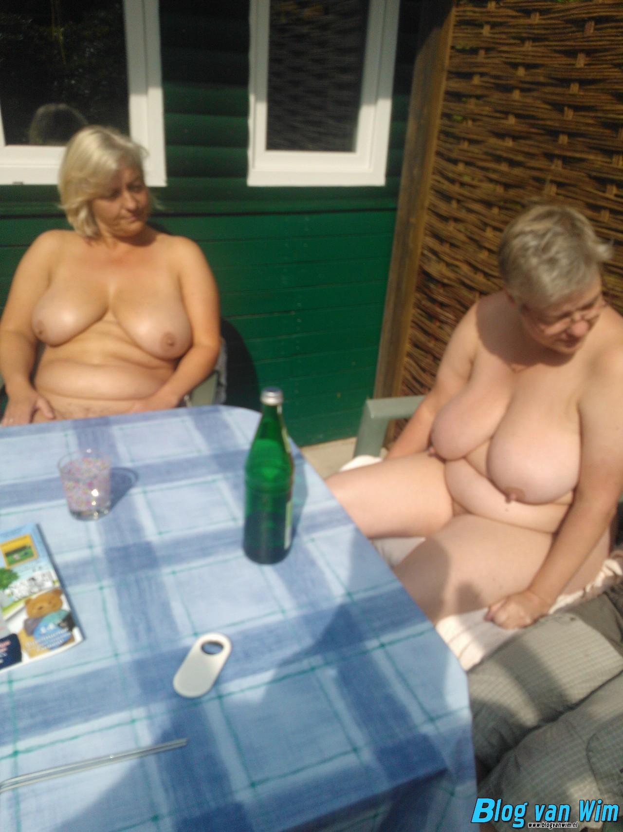 Twee oude vrouwen zitten naakt in de zon!