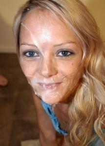 Blondje heeft zaadlozing over haar gezicht gekregen!