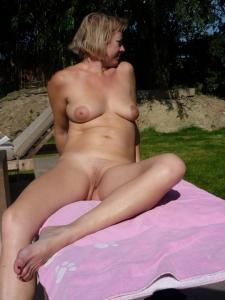 Huisvrouw is naakt aan het zonnen!