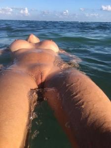 Mooie gebruinde dame drijft in het water!