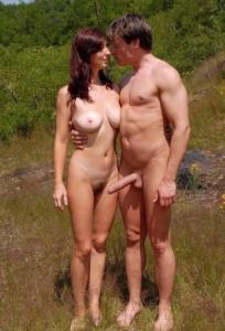Nudist krijgt stijve pik van zijn naakte vrouw!