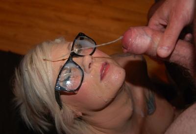 Mooi blondje met bril krijgt een spermadouche!