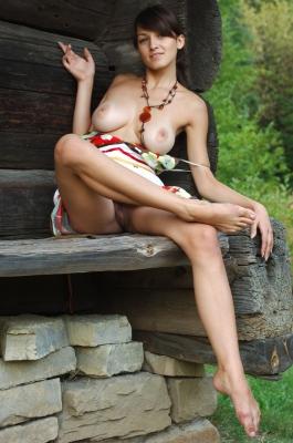Mooi meisje met heerlijke borsten zit naakt in het bos!
