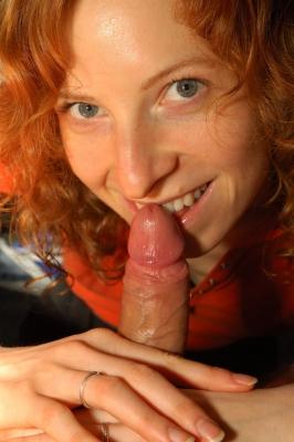 Roodharig vrouwtje gaat haar vriend lekker pijpen!